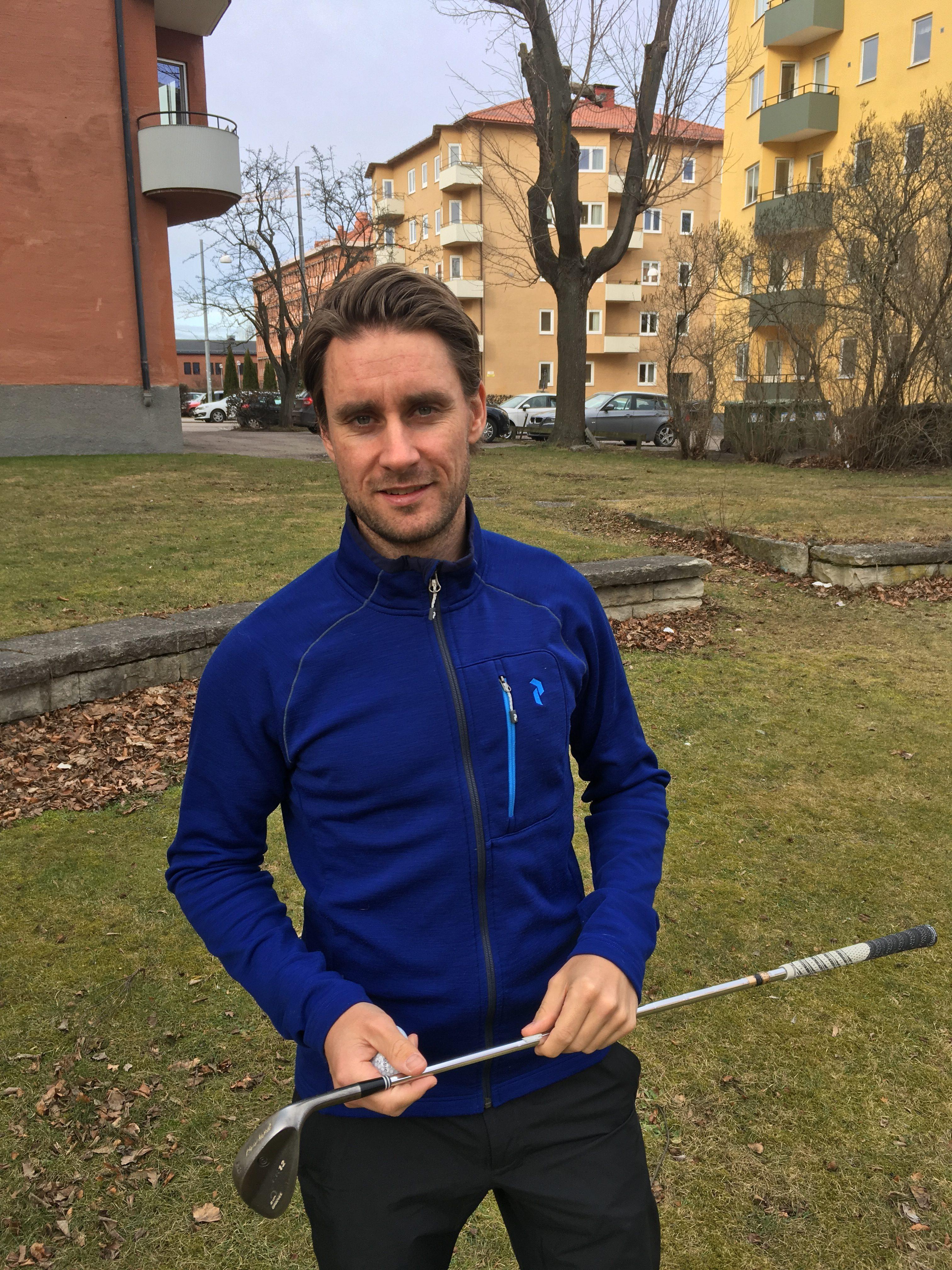 Golftränare Michael Persson med golfklubba
