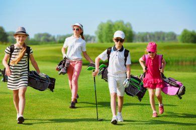 Bild av golfspelande ungdomar